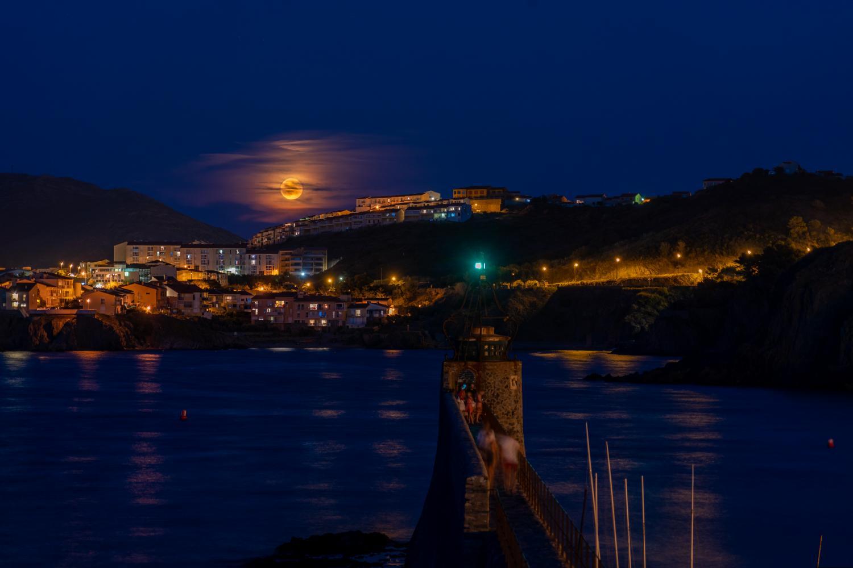 Lune rousse sur l'anse de Collioure
